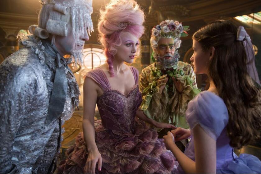 "Eugenio Derbez (al fondo) en una escena de ""The Nutcracker and the Four Realms"", que se estrena esta semana."