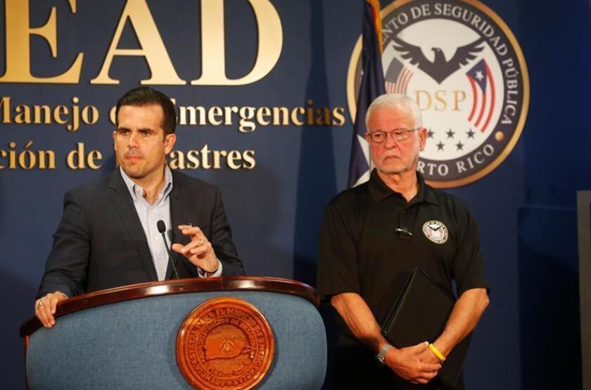 El gobernador de Puerto Rico, Ricardo Rossello (i), habla junto al secretario de Seguridad Pública, Héctor Pesquera (d), el viernes 6 de julio de 2018, durante una rueda de prensa en el Negociado para el Manejo de Emergencias y Administración de Desastres, de San Juan (Puerto Rico). EFE/Archivo