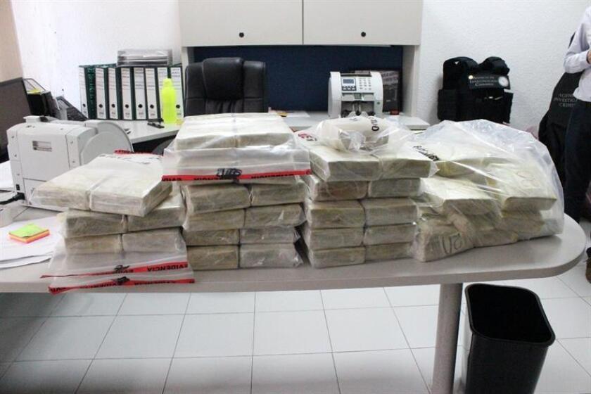 Fotografía cedida por la Procuraduría General de la República (PGR) que muestra dólares decomisados durante un operativo hoy, miércoles 28 de febrero de 2018, en la ciudad de Celaya, Guanajuato (México). EFE/PGR/SOLO USO EDITORIAL