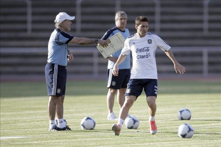 El seleccionador argentino Alejandro Sabella (izq) da instrucciones al futbolista argentino Lionel Messi durante una sesión de entrenamiento de su selección el pasado mes de agosto. EFE/Archivo
