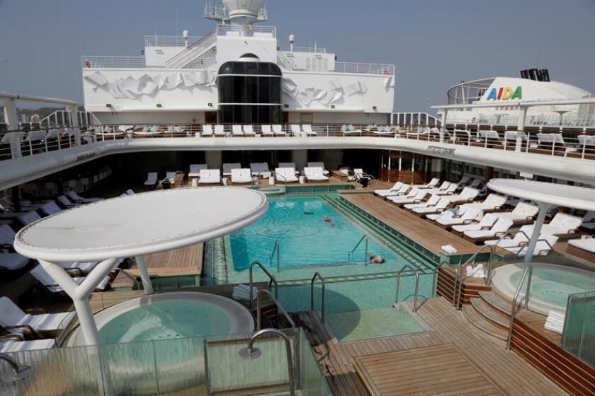 Vista general de la piscina del crucero Seven Seas Explorer, reconocido como el barco más lujoso del mundo, atracado este jueves en el puerto de Cartagena (Colombia). EFE