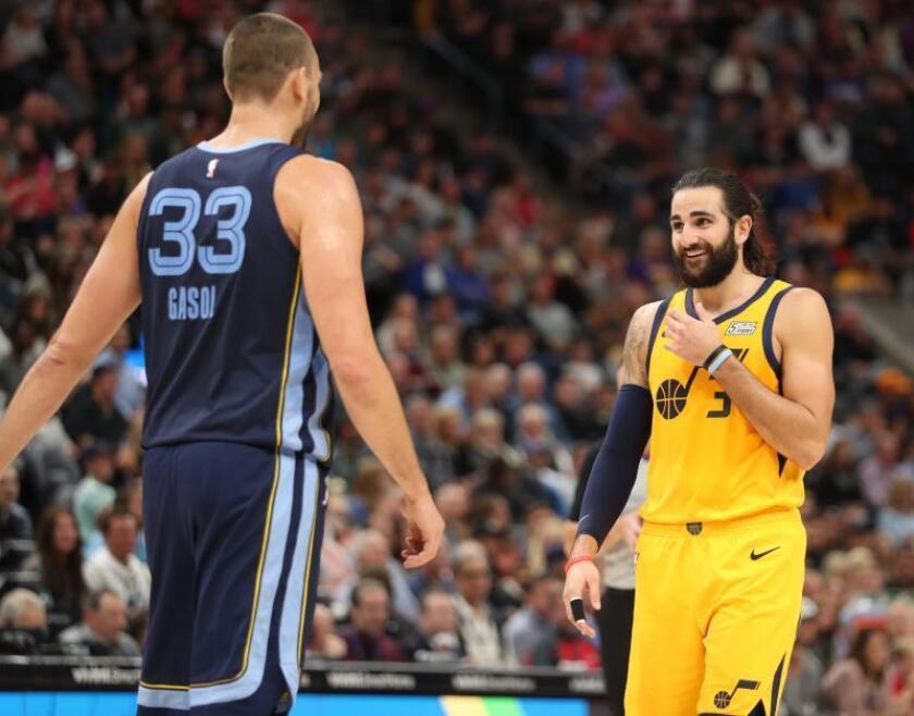 Marc Gasol (i) de Memphis Grizzlies y Ricky Rubio (d) de Utah Jazz ríen en un juego de la NBA en el Energy Solutions Arena de la ciudad de Salt Lake City, en Utah (EE.UU.). EFE