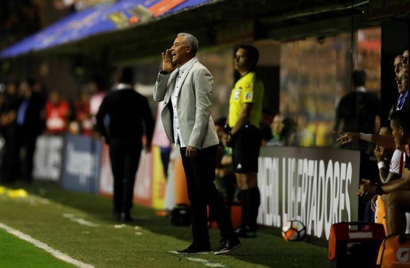 En la imagen, el nuevo entrenador del Sporting Cristal peruano, el colombiano Alexis Mendoza. EFE/Archivo