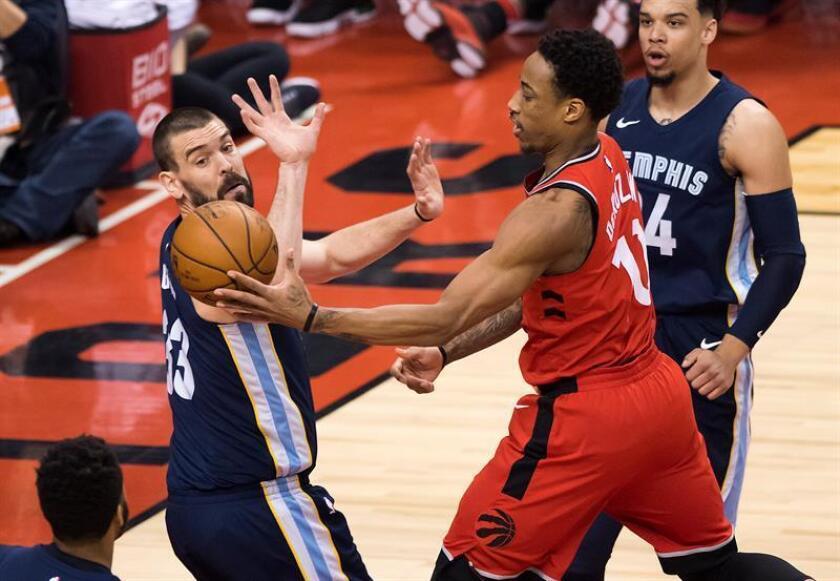 El español Marc Gasol (i) de Memphis Grizzlies defiende ante DeMar DeRozan (c) de Toronto Raptors durante un juego de la NBA en Toronto (Canadá). EFE