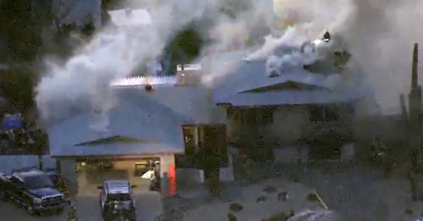 En esta imagen tomada de un video suministsrado por KNXV ABC-15 Arizona se ve a bomberos que combaten las llamas en una vivienda de Phoenix. El fuego fue iniciado por un ocupante de la casa. Cuando llegaron bomberos y policías tuvieron que resguardarse de los disparos del ocupante, quien fue muerto a tiros por las fuerzas de seguridad. En el incidente murieron los padres y dos hermanas menores del pistolero. (KNXV ABC-15.com via AP)