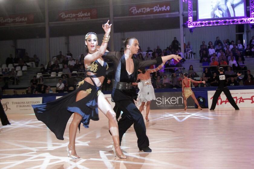 Diversos participantes compiten en la modalidad de ritmos latinos en un evento celebrado en España.