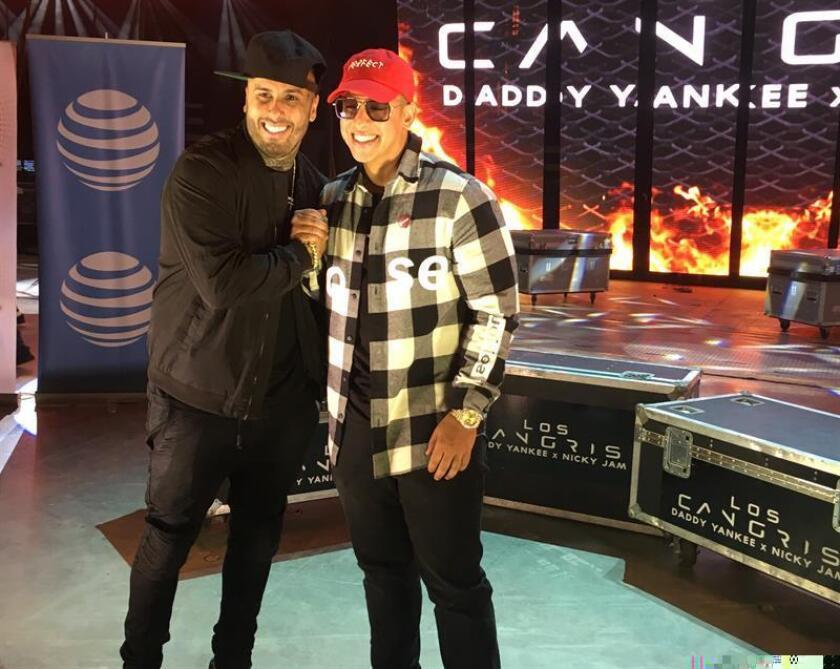 """Los reguetoneros puertorriqueños Daddy Yankee y Nicky Jam dijeron hoy en San Juan que recordarán sus comienzos y sus actuales éxitos en el reguetón en las cuatro presentaciones que tienen próximamente en su isla, como parte de su gira, """"Los cangris"""". EFE"""