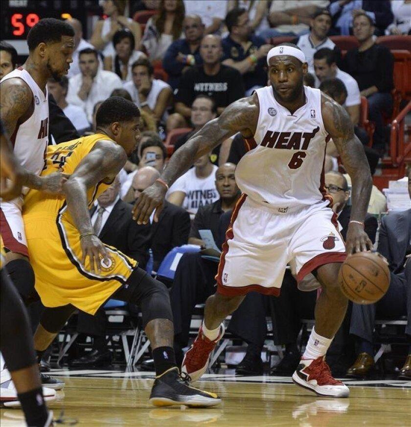 LeBron James (d) de los Miami Heat en acción ante los Indiana Pacers durante el séptimo juego de las semifinales de la NBA celebrado en el American Airlines Arena en Miami (EE.UU.). EFE