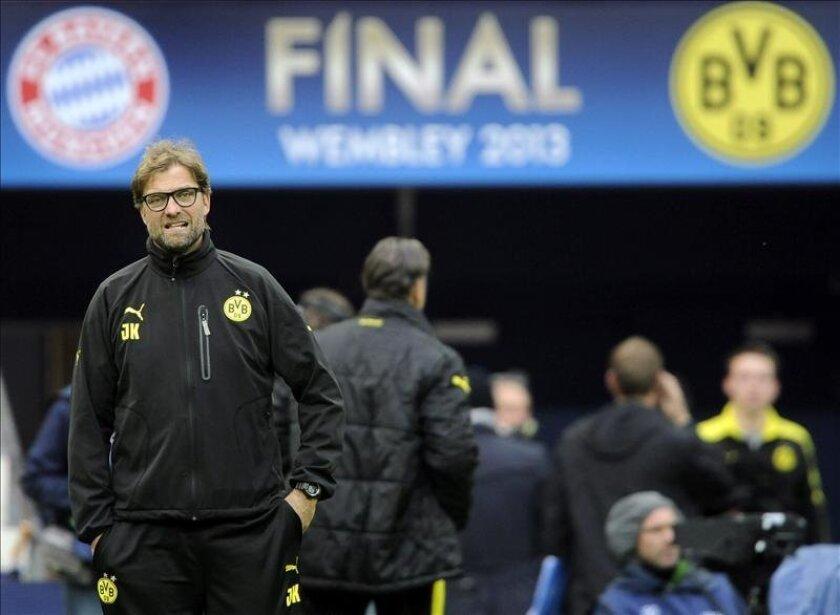 El entrenador del Borussia Dortmund, Jurgen Klopp (i) durante el entrenamiento del equipo en el estadio de Wembley, Londres, Reino Unido en donde mañana se disputará la final de la Liga de Campeones contra el Bayer de Múnich. EFE