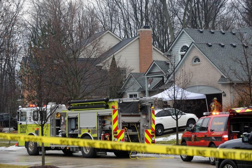 Policías y bomberos investigan un incendio casero en el que murieron cinco personas en una vivienda en Novi, Michigan, el domingo 31 de enero de 2016. las autoridades señalan que cinco empleados de un restaurante fallecieron en el incendio cerca de Detroit. Aún se investiga la causa que provocó el fuego. (Brandy Baker/Detroit News via AP)
