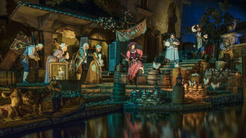 La atracción de Piratas del Caribe en Disneyland se ha reabierto con una subasta que ya no ofrece mujeres en venta. En cambio, los piratas están subastando las posesiones de los ciudadanos. (Joshua Sudock / Disneyland Resort)