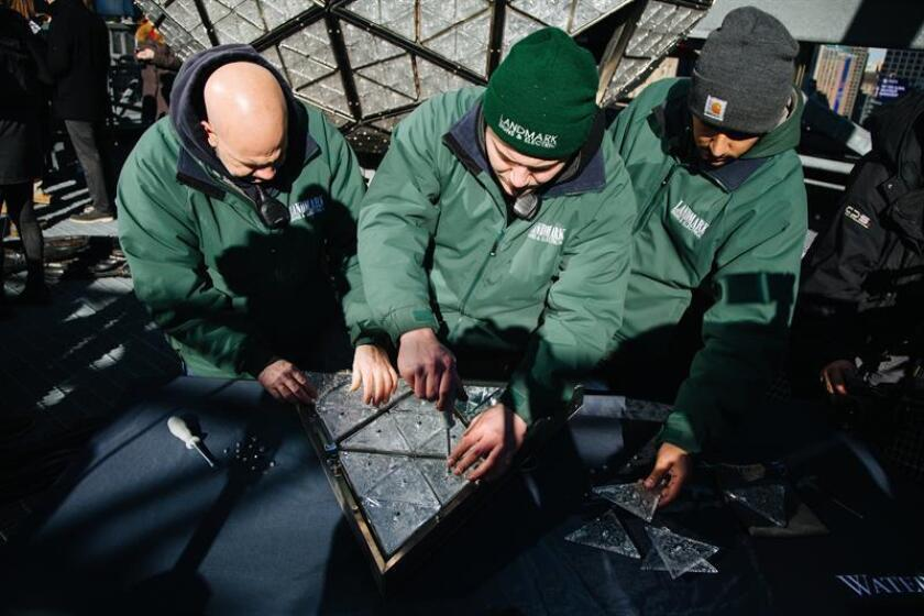 Trabajadores instalan los triángulos de cristal que componen la Bola de Times Square de fin de año, en Nueva York (Estados Unidos) hoy, 27 de diciembre de 2017. EFE