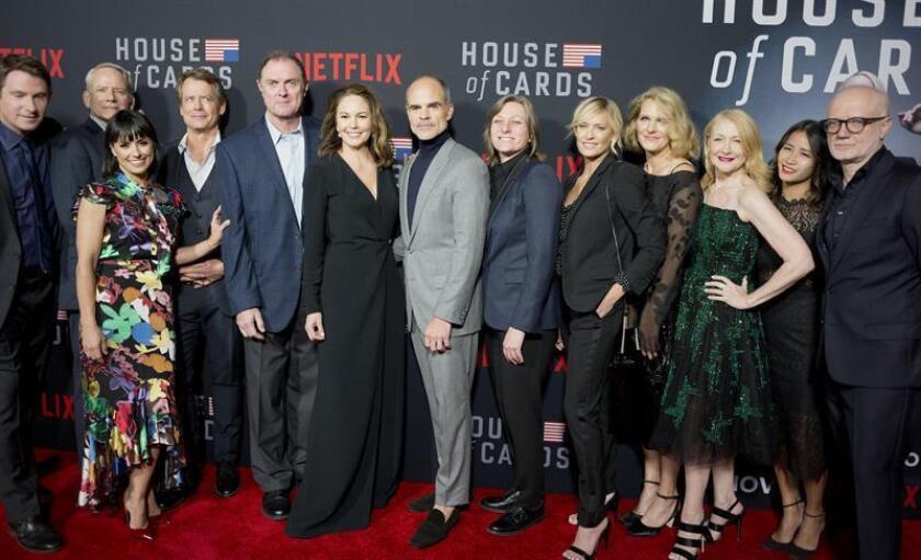"""Los miembros del elenco posa a su llegada a la alfombra roja del estreno mundial de la sexta temporada de la serie de Netflix """"House of Cards"""" en Los Ángeles, California (Estados Unidos). EFE"""