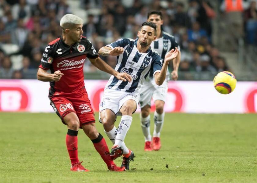 El uruguayo Jonathan Urretaviscaya (d), delantero de los Rayados del Monterrey del fútbol mexicano, declaró hoy que para pensar en estar con la selección de su país en la Copa del Mundo Rusia 2018 primero tiene jugar bien y pensar en el Monterrey, cuarto del Clausura mexicano. EFE/ARCHIVO