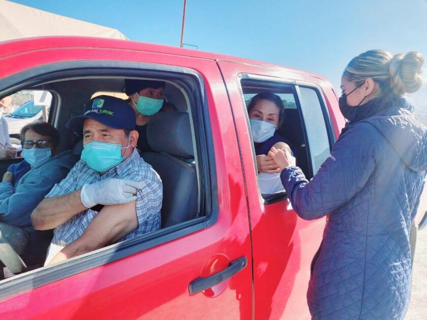 Imagen cedida por autoridades de salud en Baja California sobre la jornada de vacunación en Tijuana.