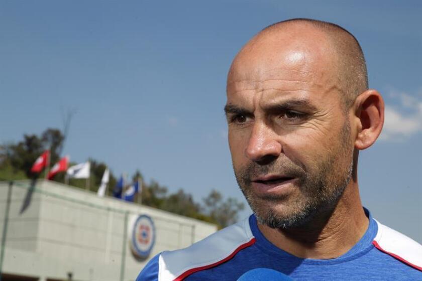 El técnico español del equipo Cruz Azul, Francisco Jémez, habla durante una entrevista. EFE/Archivo