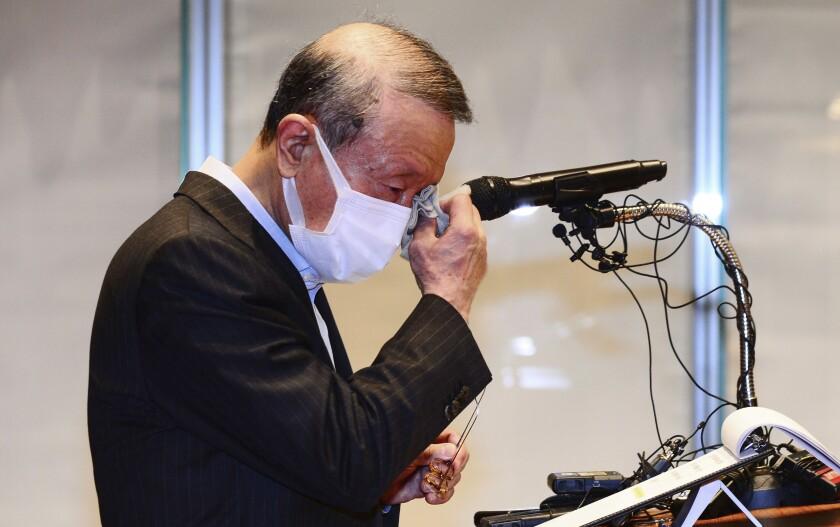 Hong Won-sik, presidente de la empresa surcoreana de productos lácteos Namyang, se enjuga las lágrimas durante una conferencia de prensa en la sede de la compañía en Seúl, Corea del Sur, martes 4 de mayo de 2021. Hong renunció debido a un escándalo en que se acusó a su empresa de difundir deliberadamente la información falsa de que su yogurt ayuda a prevenir el contagio de COVID-19. (Hwang Gang-mo/Yonhap via AP)