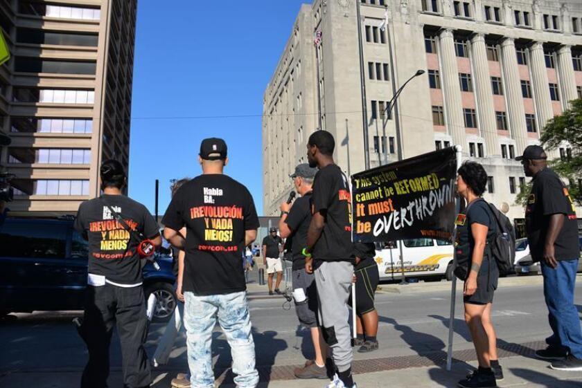 Decenas de personas protestan pidiendo justicia para el joven Laquan McDonald, abatido por el policía Jason Van Dyke, durante el inicio de su juicio hoy, miércoles 5 de septiembre de 2018, en el exterior del edificio del Tribunal Criminal George Leighton, en Chicago, Illinois (EE.UU.). EFE