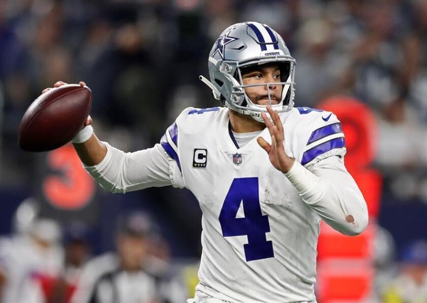 El mariscal de campo de los Cowboys de Dallas, Dak Prescott, pasa el balón contra los Philadelphia Eagles en la segunda mitad del juego de fútbol americano de la NFL entre los Eagles de Philadelphia y los Cowboys de Dallas en el AT&T Stadium en Arlington, Texas, EE. UU., El 9 de diciembre de 2018. (Estados Unidos, Filadelfia) EFE