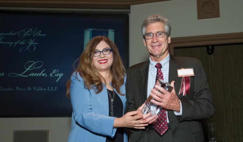 La abogada Carmen Chávez, directora ejecutiva de Casa Cornelia con el abogado Thomas Laube, quien recibe un premio en 2017.
