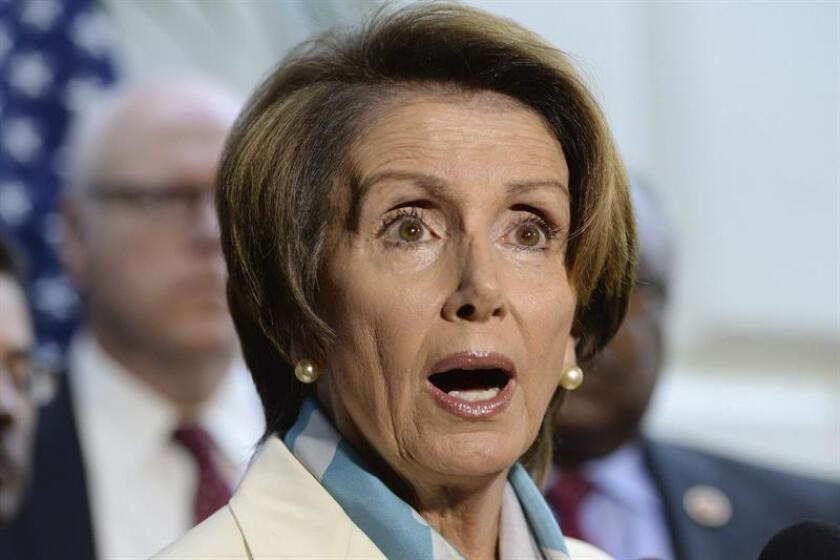 La líder demócrata Nancy Pelosy (d), comparece en una rueda de prensa en el Capitolio, en Washington, DC, EE.UU., el 15 de octubre de 2013. EFE/Archivo