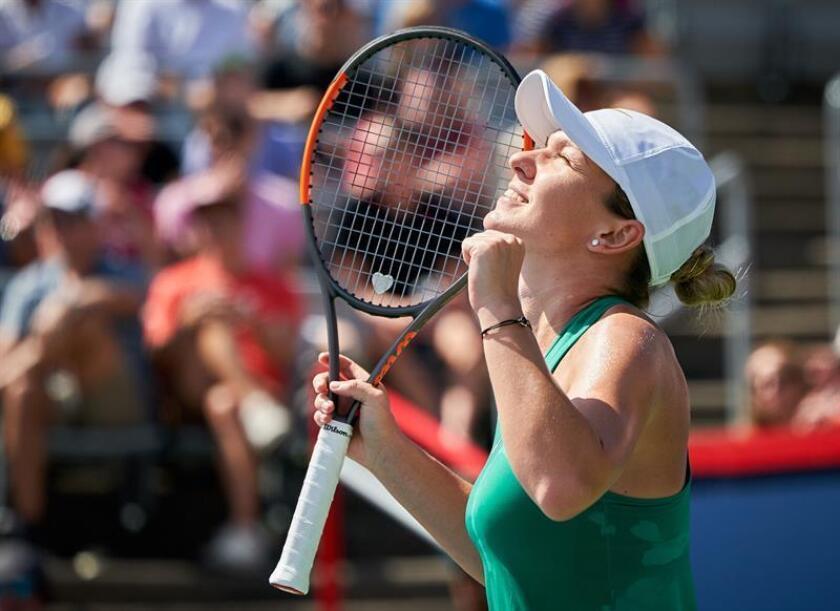 La tenista rumana Simona Halep celebra tras derrotar a la australiana Ashleigh Barty en la semifinal de la Rogers Cup de Montreal, Canadá, este 11 de agosto de 2018. EFE