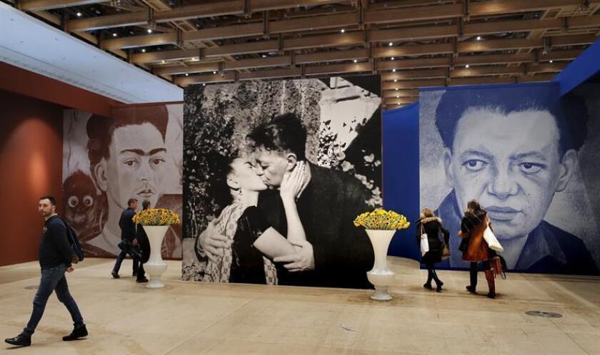 """Varias personas visitan la exposición """"Viva la Vida. Frida Kahlo y Diego Rivera' que acoge el centro Manezh de Moscú (Rusia), hoy. EFE"""