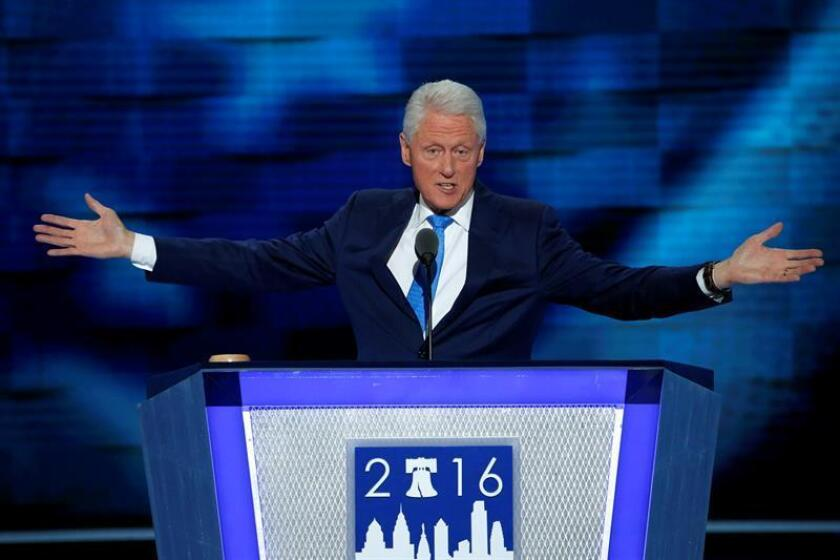 El expresidente estadounidense Bill Clinton habla en el segundo día de la Convención Nacional Demócrata hoy, martes 26 de julio de 2016, en Filadelfia, Pennsylvania (Estados Unidos). Se espera que al cuarto día de la convención, Hillary Clinton acepte oficialmente su nominación a la presidencia de Estados Unidos por el Partido Demócrata. EFE/SHAWN THEW