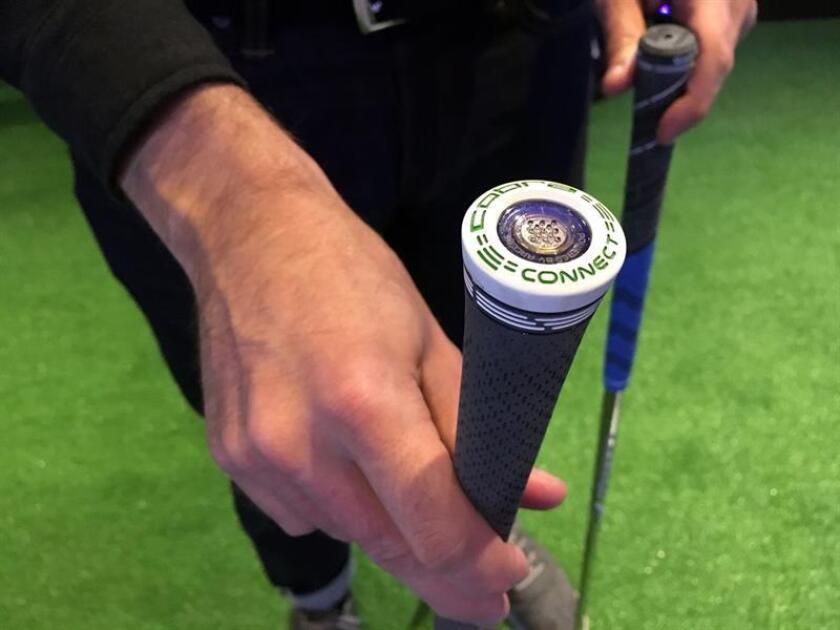 Una persona enseña un palo de golf con un sensor desde donde se capta todo tipo de datos relevantes para determinar la estrategia que debe seguir el jugador en San Francisco, California (EE.UU.). EFE