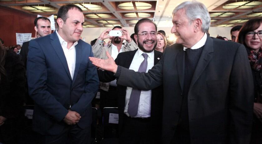Cuauhtémoc Blanco, ex futbolista y actual Alcalde de Cuernavaca (i) con Andrés Manuel López Obrador, candidato favorito rumbo a las elecciones presidenciales en México.