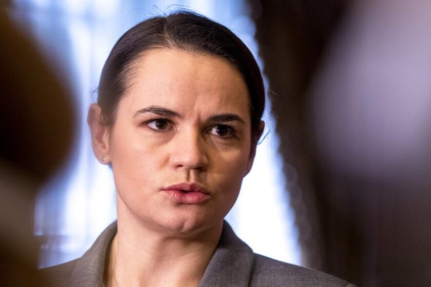 La dirigente opositora bielorrusa Sviatlana Tsikhanouskaya habla con la prensa