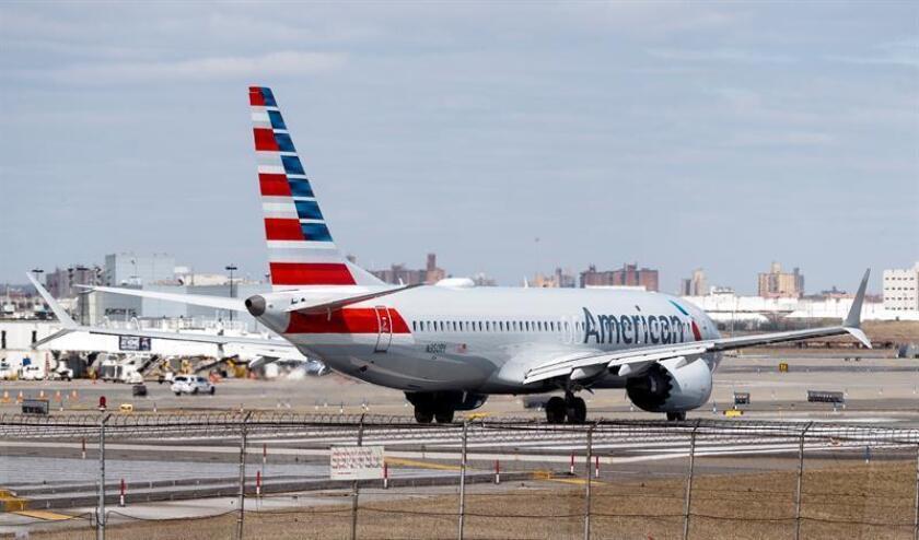Un avión Boeing 737 Max 8 de American Airlines se prepara para despegar desde el aeropuerto LaGuardia, en Nueva York (Estados Unidos). EFE/Archivo