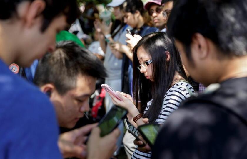 Jóvenes se entretienen con el videojuego 'Pokemon Go' en sus teléfonos inteligentes en Union Square , en Nueva York (EEUU). La aplicación para celulares, lanzada el pasado 8 de julio y de gran éxito, ofrece a los jugadores un mundo virtual que corresponde a la su actual ubicación de GPS. EFE/JUSTIN LANE
