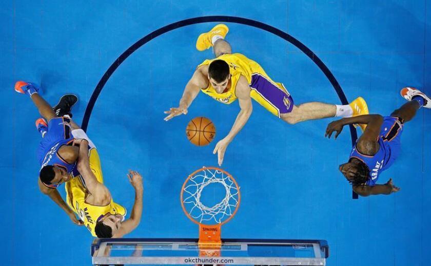 Ivica Zubac de Los Ángeles Lakers lanza la pelota durante un juego de la NBA realizado en Chesapeake Energy Arena en Oklahoma City. EFE