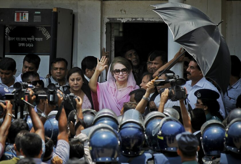 Former Bangladeshi Prime Minister Khaleda Zia waves as she leaves after a court appearance in Dhaka, Bangladesh, Thursday, June 2, 2016. (AP Photo/ A.M. Ahad)