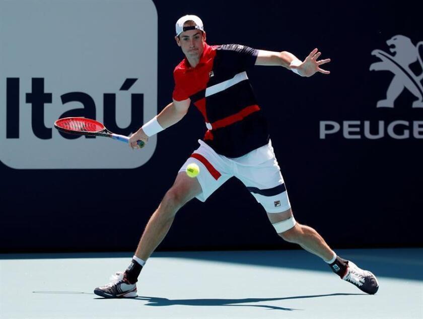 El tenista estadounidense John Isner fue registrado este domingo al devolverle una bola al español Albert Ramos Vinolas, durante un partido de tercera ronda del Abierto de Miami, en Miami (Florida, EE.UU.). EFE