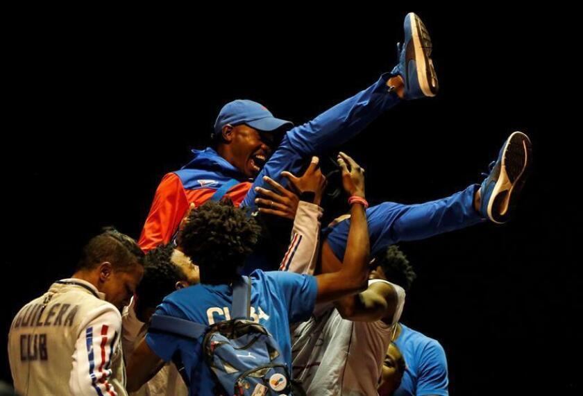 Integrantes del equipo de esgrima de Cuba celebran con su entrenador al ganar la final de florete equipos masculino ante México en los XXIII Juegos Centroamericanos y del Caribe 2018. EFE