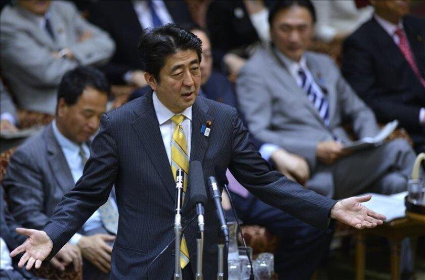 El primer ministro japonés, Shinzo Abe, da un discurso durante un debate en la Cámara Alta del Parlamento nipón en Tokio (Japón). EFE/Archivo