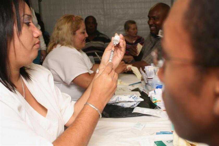 Una enfermera prepara una vacuna contra la gripe enun hospital de San Juan, Puerto Rico. EFE/Archivo