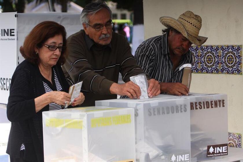 Personas de la tercera edad emiten su voto durante las elecciones en una casilla de la ciudad de Ensenada, en el estado de Baja California (México). EFE/Archivo