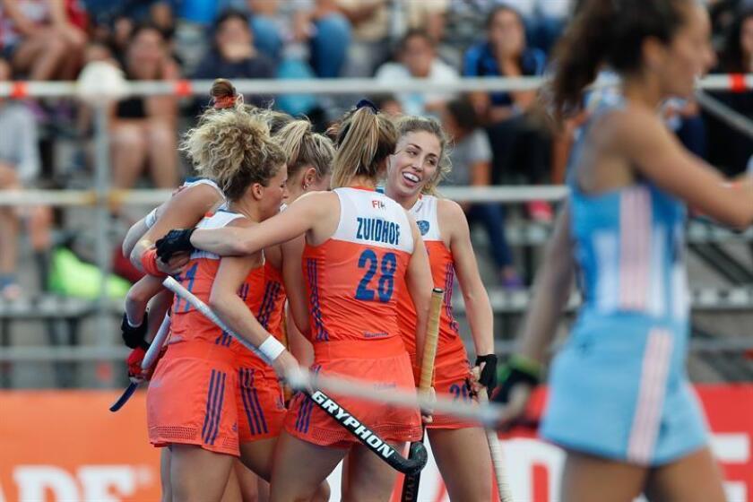 Las jugadoras de Holanda celebran un gol ante Argentina este domingo, durante un partido por la FIH Pro LEAGUE de hockey, en Buenos Aires (Argentina). EFE