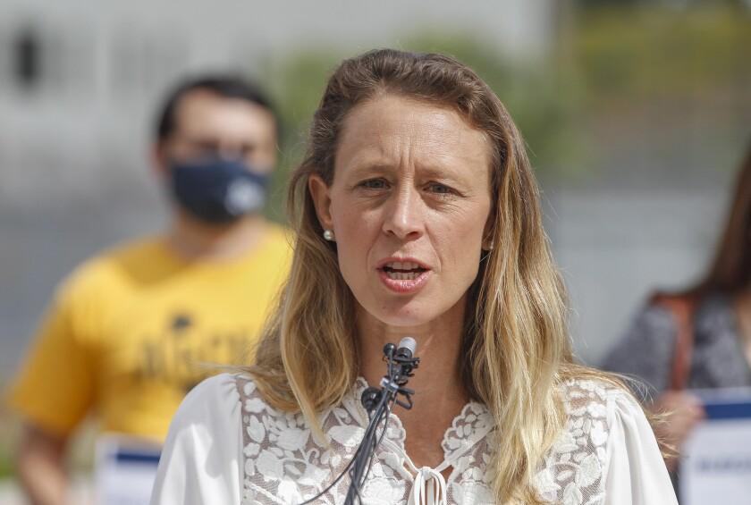 La supervisora del condado de San Diego, Terra Lawson-Remer, habla en una rueda de prensa