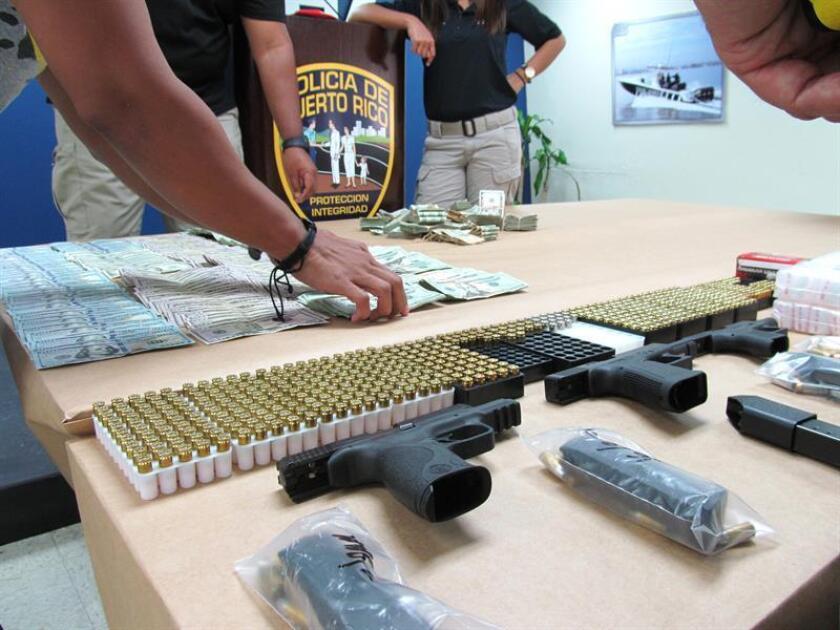 Detalle de algunas de las armas, dinero y drogas incautadas por la Policía de Puerto rico en San Juan (Puerto Rico). EFE/Archivo