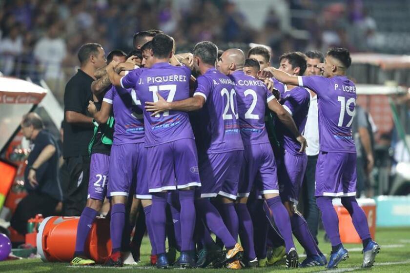 Jugadores del Defensor Sporting fueron registrados este miércoles al celebra un gol que su compañero Martín Rabuñal le anotó al Bolívar de La Paz, durante el partido de vuelta de esta llave de primera fase de la Copa Libertadores 2019, en el estadio Luis Franzini de Montevideo (Uruguay). EFE