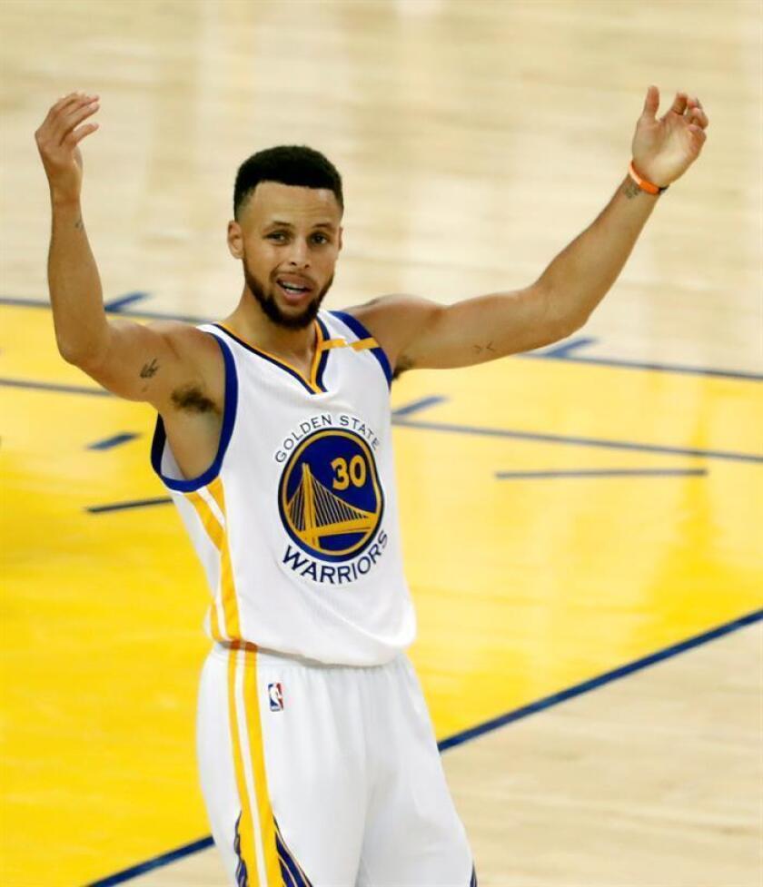 Stephen Curry, jugador de los Warriors de Golden State, regresó a la acción después de una ausencia de dos partidos, luego de perderse la derrota en casa ante los Clippers de Los Ángeles, el miércoles, y la victoria contra los Bucks de Milwaukee, el viernes, debido a un dolor en el tobillo derecho.EFE/Archivo