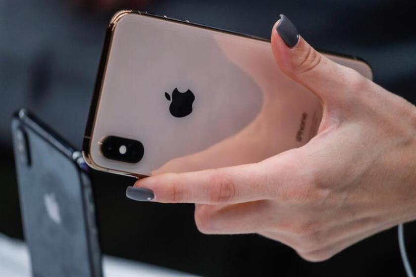 Una mujer prueba el nuevo iPhone XS en una tienda Apple en Moscú, Rusia el 28 de septiembre de 2018. EFE/Archivo