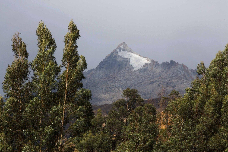 """En esta imagen, el hielo de un glaciar en retroceso visto desde Huaraz, Perú. Benjamín Morales Arnao, director del Instituto Nacional de Investigación en Glaciares y Ecosistemas de Montaña de Perú, dijo que aunque los glaciares del país """"son fuente de vida por sus recursos hídricos y su gran biodiversidad… también son fuente de catástrofes de origen glaciar"""". (AP Foto/Martin Mejía))"""
