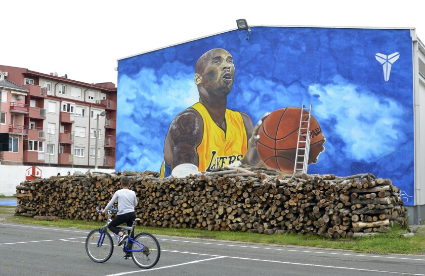 Mural de Kobe Bryant en Europa. (AP Photo/Radivoje Pavicic)