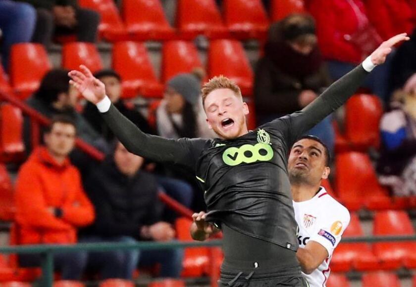 Renaud Emond (i) del Standard disputa un balón ante Gabriel Mercado (d) del Sevilla FC durante un partido de la Liga Europea UEFA, entre el Standard de Lieja y el FC Sevilla, en Lieja (Bélgica). EFE