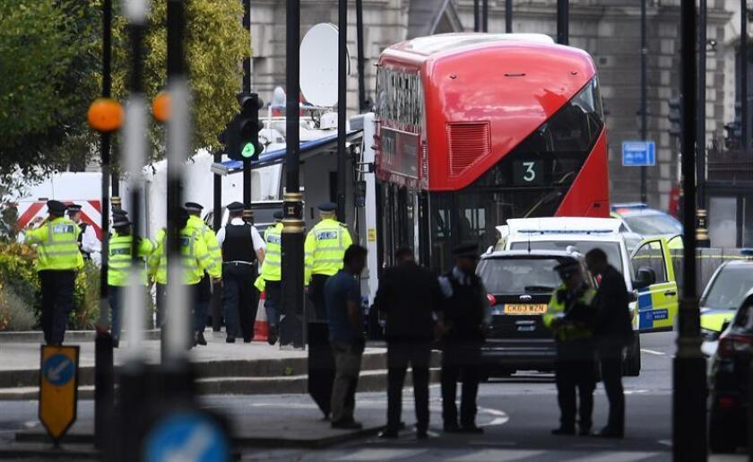 Miembros de la Policía patrullan en el lugar en el que un automóvil chocó contra las barreras del Parlamento británico en Londres (Reino Unido) hoy, 14 de agosto del 2018. Un conductor arrolló hoy a varios ciclistas y peatones antes de chocar contra las barreras de seguridad del Parlamento británico, en el centro de Londres, en un suceso que está siendo tratado como acto terrorista. EFE